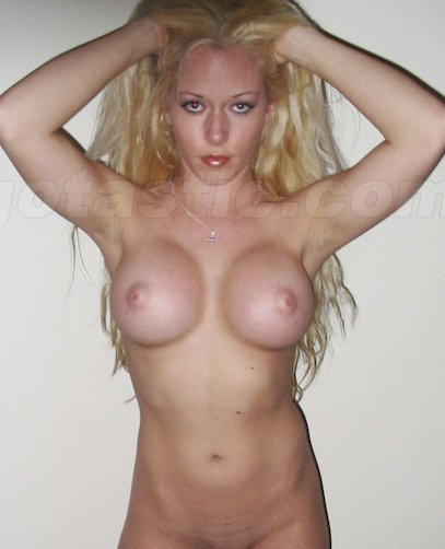 Some old photos of a nude Kendra Wilkinson was recently released!