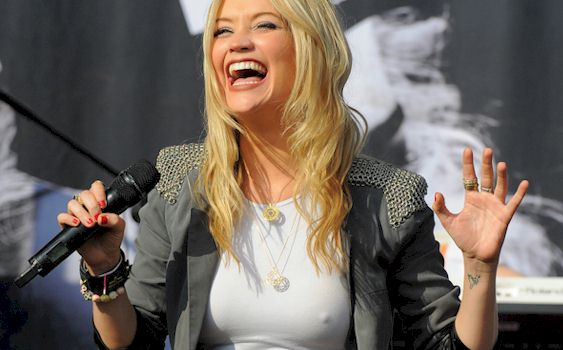 Laura Whitmore Pokies on Stage | The Nip Slip